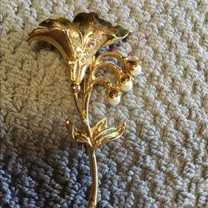Jewelry - Lilly brooch with imitation pearl lilies